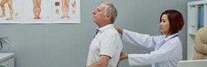 fisioterapeuta examinando paciente com hérnia de disco
