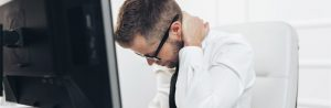 pessoa com dor na coluna causada por vício postural