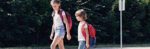 Crianças com mochilas escolares